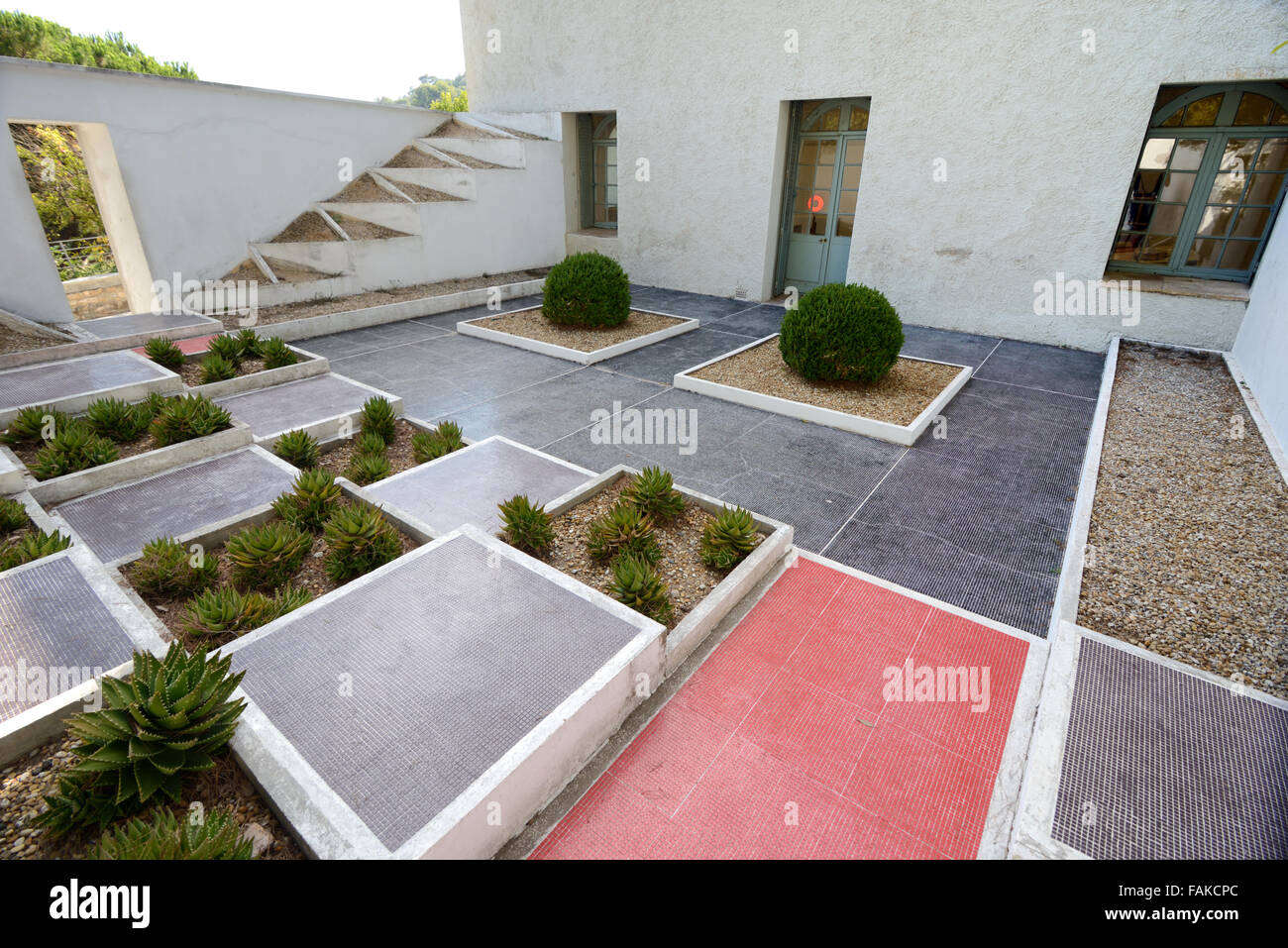 Triangular cubist garden by gabriel guevrekian at the for Jardin villa noailles hyeres