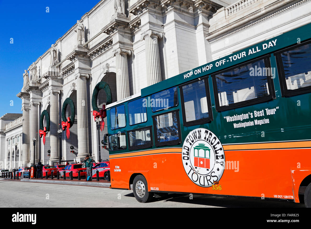 tour-bus-old-town-trolley-outside-union-