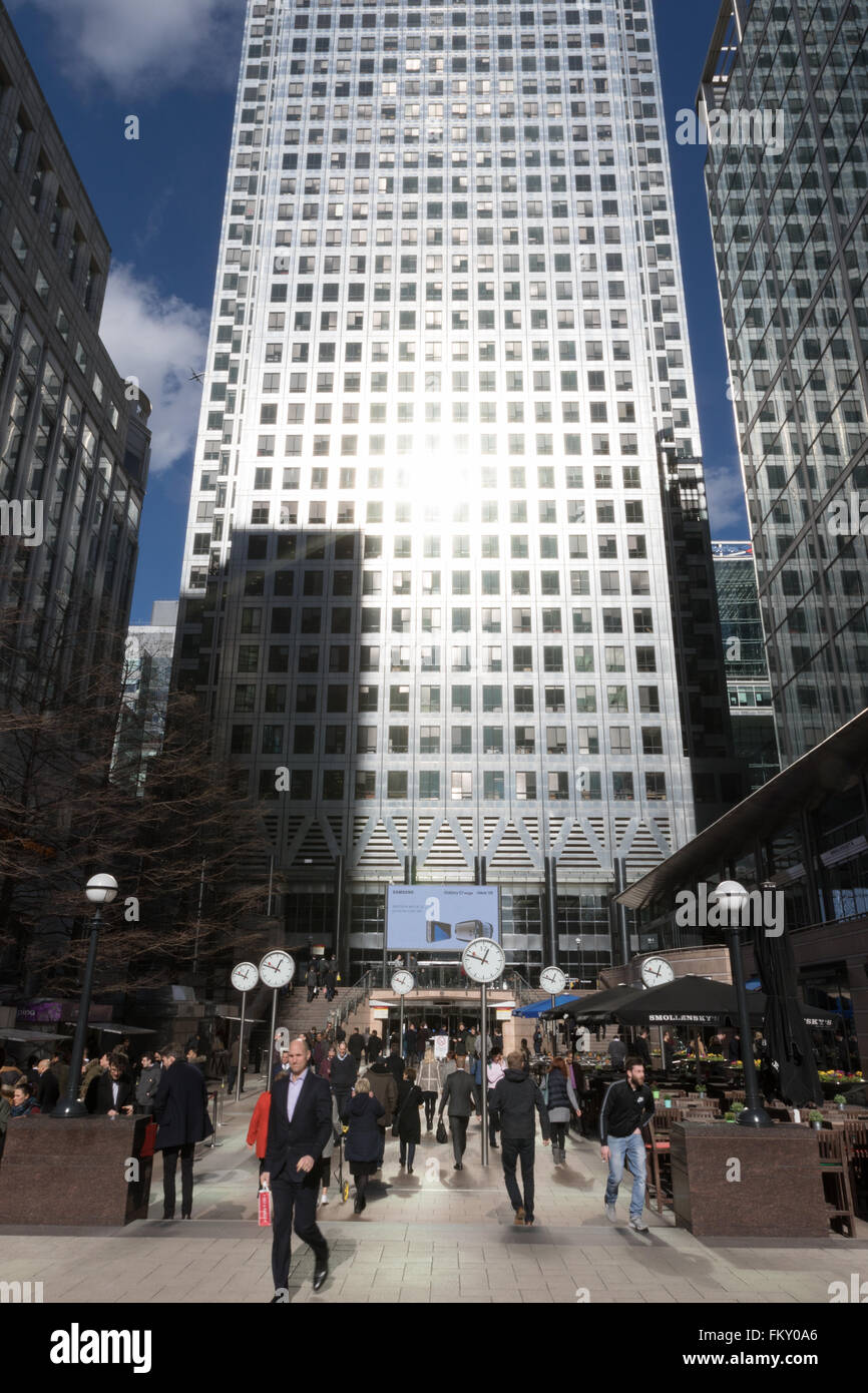canary-wharf-london-business-people-and-