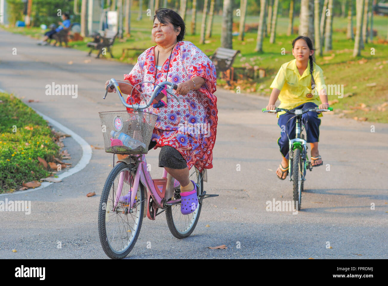 two-thai-ladies-cycling-in-thailand-FPRD