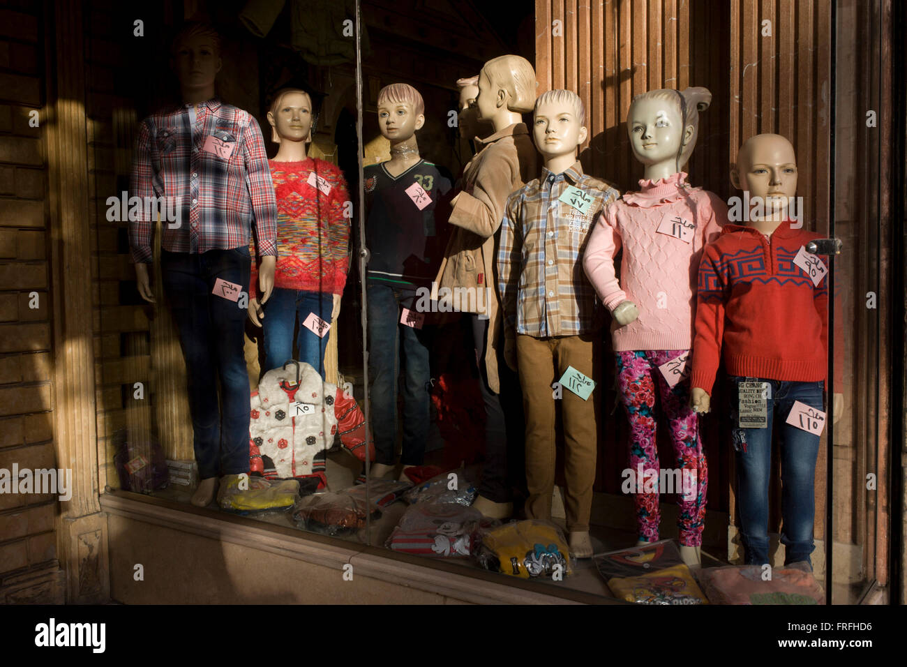 mannequins-in-the-window-of-a-clothing-b