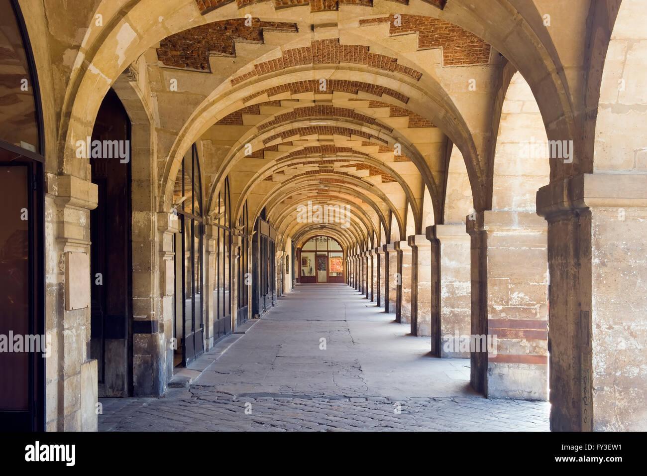 Place des vosges shady arcades le marais area paris - Comptoir des cotonniers place des vosges ...