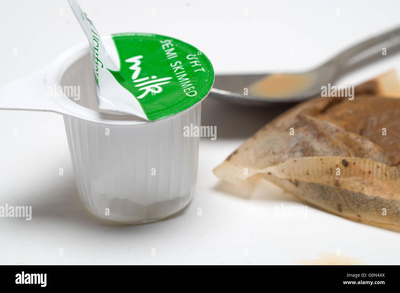 making-cup-of-tea-G0N4XX.jpg