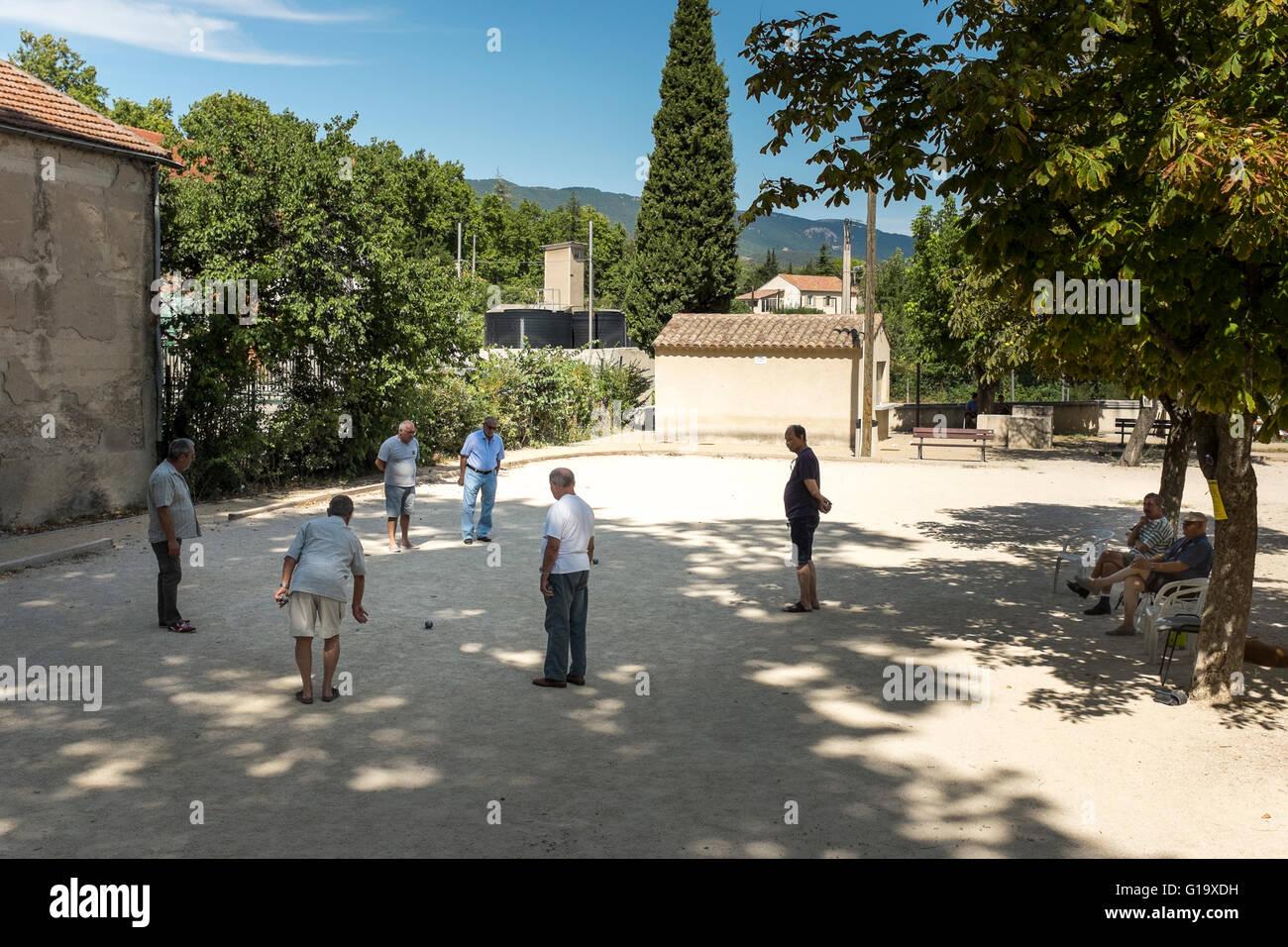Middle aged men playing la p tanque cucuron vaucluse stockfoto lizenzfreie - Regle de la petanque provencale ...