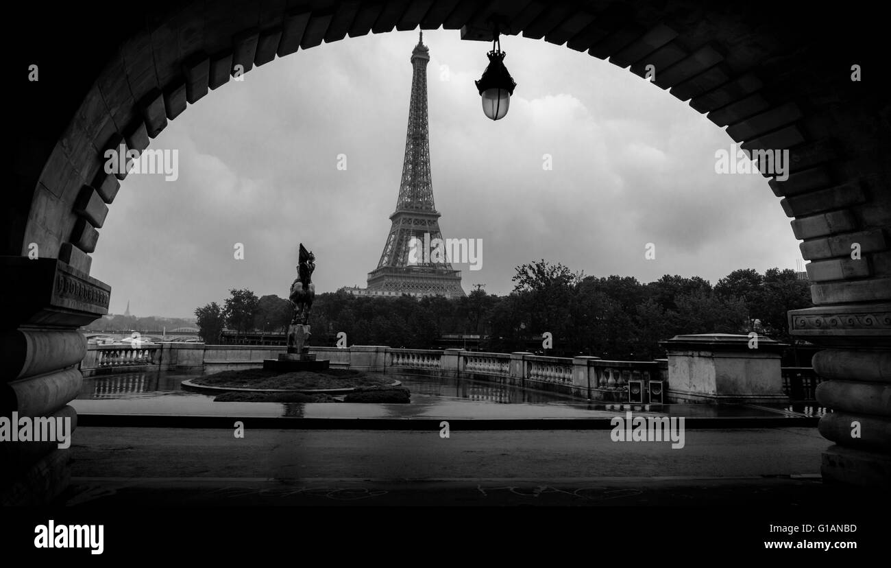 eiffel-tower-view-from-bir-hakeim-bridge-paris-france-G1ANBD.jpg