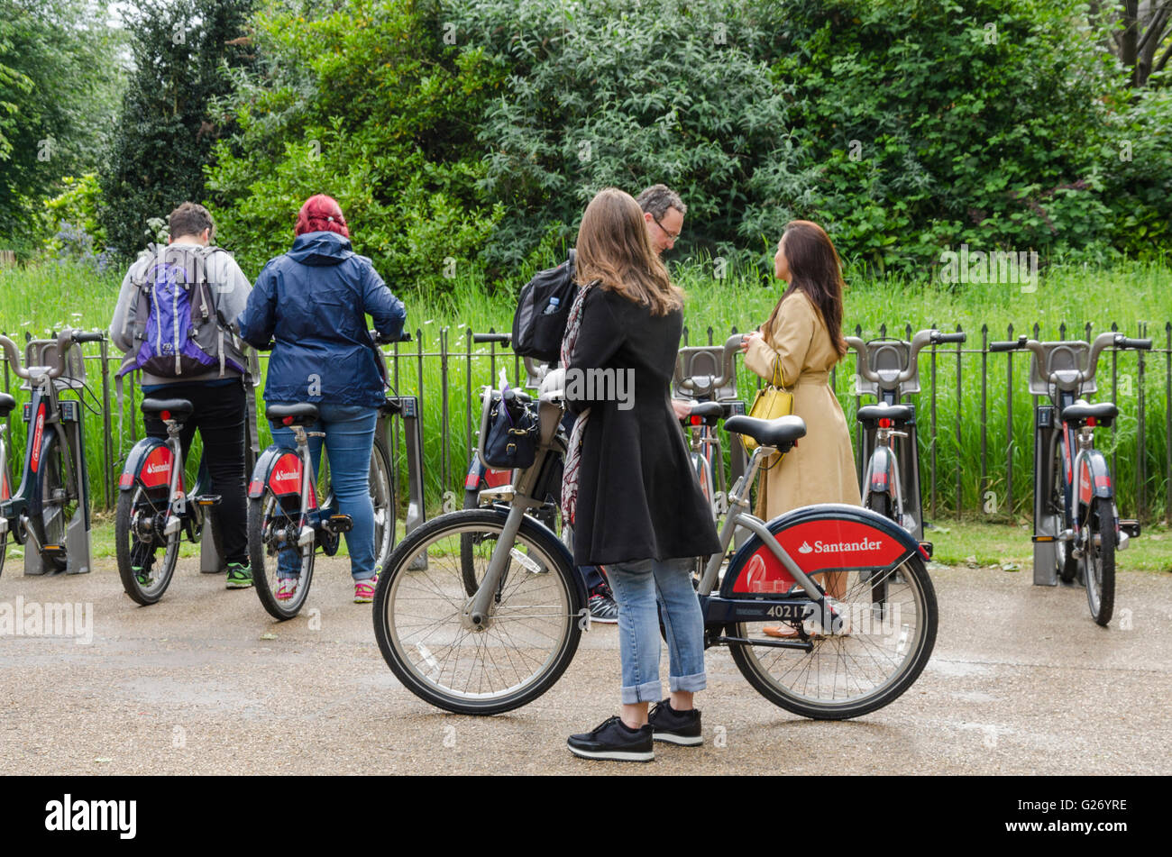 people-hiring-boris-bikes-from-the-kensi