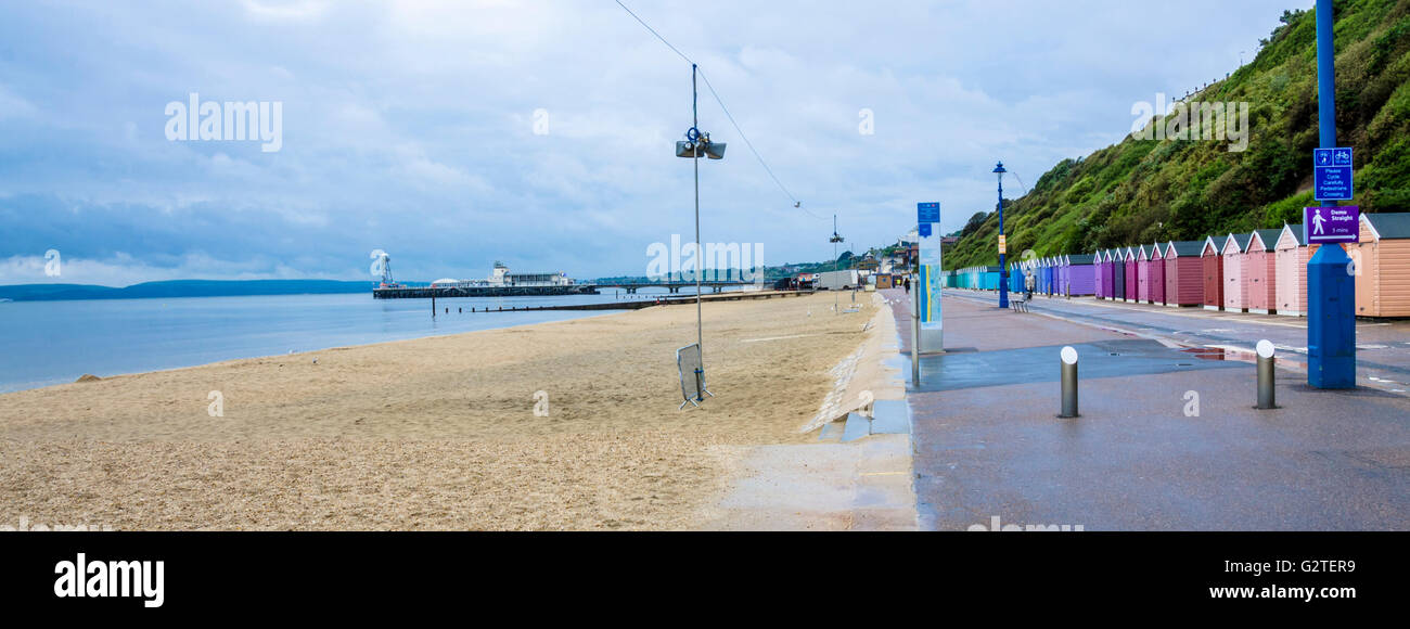 a-view-along-the-seafront-and-boscombe-beach-towards-bournemouth-pier-G2TER9.jpg