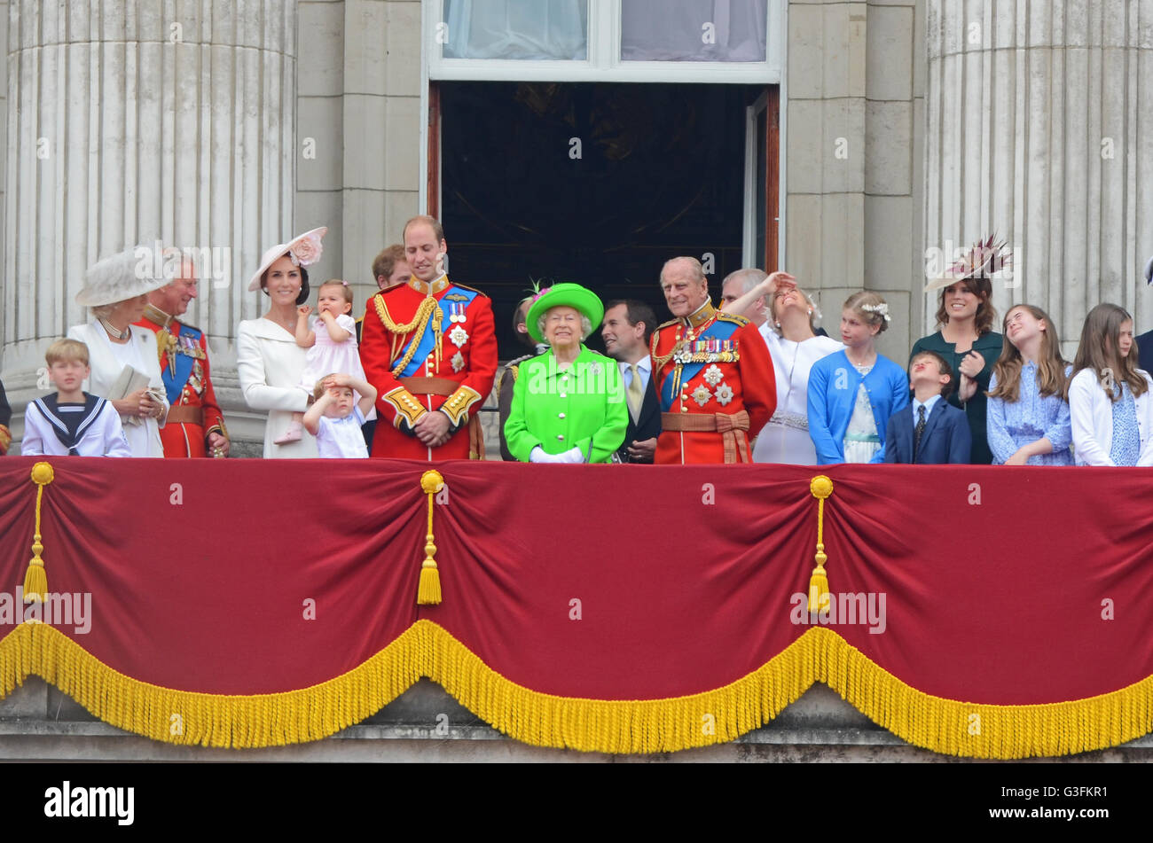 royal-family-viewing-the-queens-birthday-flypast-from-the-balcony-G3FKR1.jpg