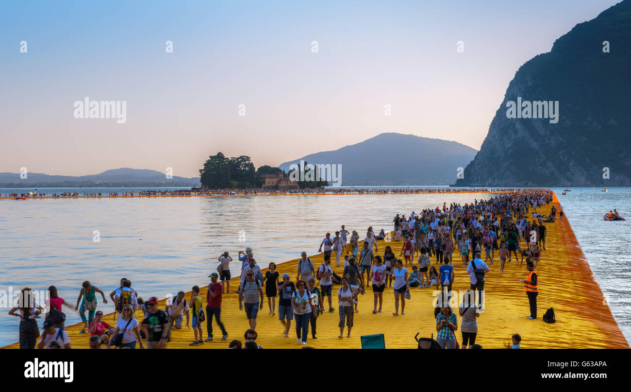 the-floating-piers-christo-project-visitors-walking-from-sulzano-to-G63APA.jpg