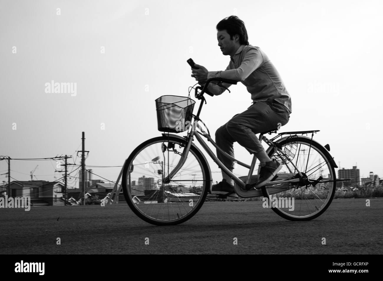 cycling-and-texting-in-tokyo-GCRFXP.jpg