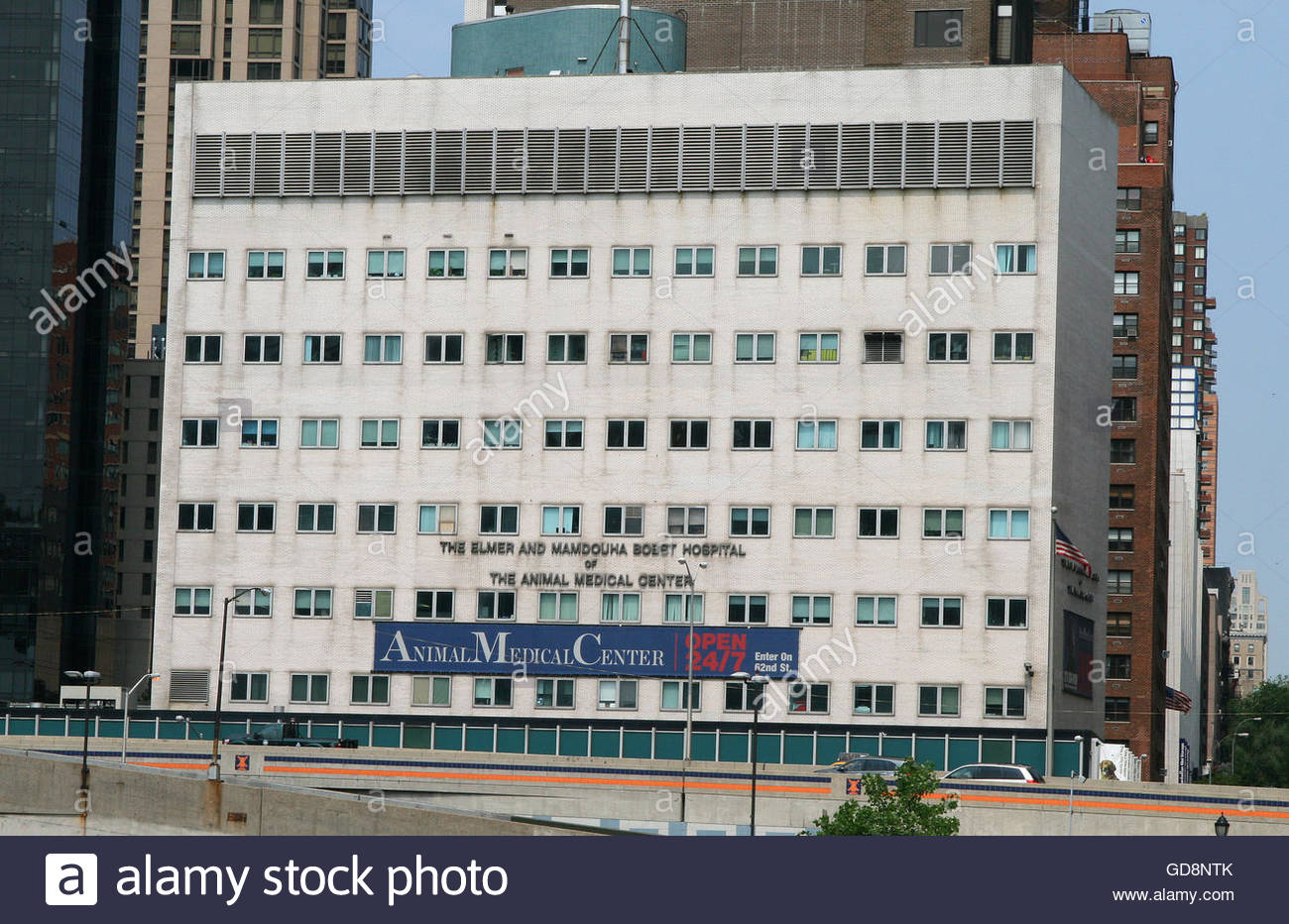 The Elmer and Mamdouha Bobst Hospital, The Animal Medical Center of New York, 62nd Street. East River, Upper East Stock Photo