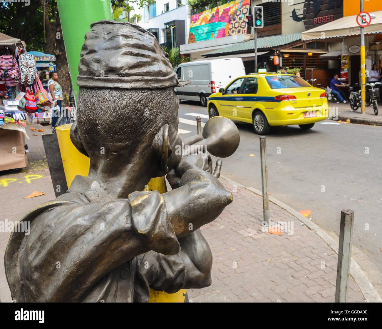a-bossa-nova-statue-in-ipanema-rio-de-janeiro-brazil-GGDA0E.jpg