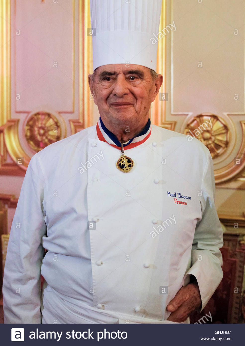 famous french chef paul bocuse 84 poses in lyon 39 s town. Black Bedroom Furniture Sets. Home Design Ideas