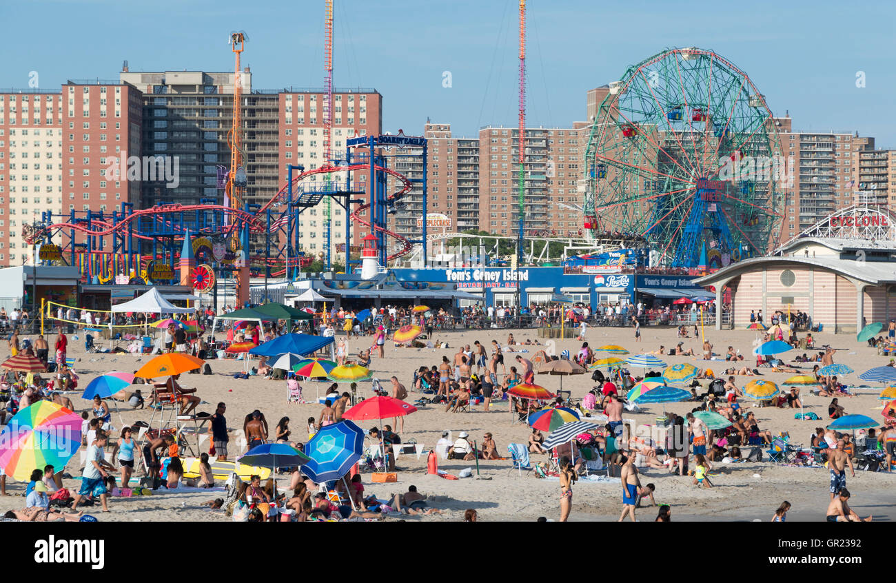 Coney island beach with the boardwalk and luna park rides for Puerta 7 luna park