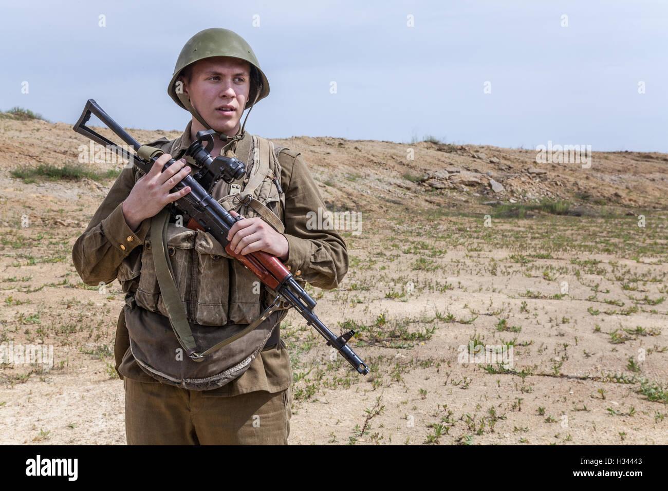 Soviet Afghanistan war - Page 6 Soviet-paratrooper-in-afghanistan-H34443