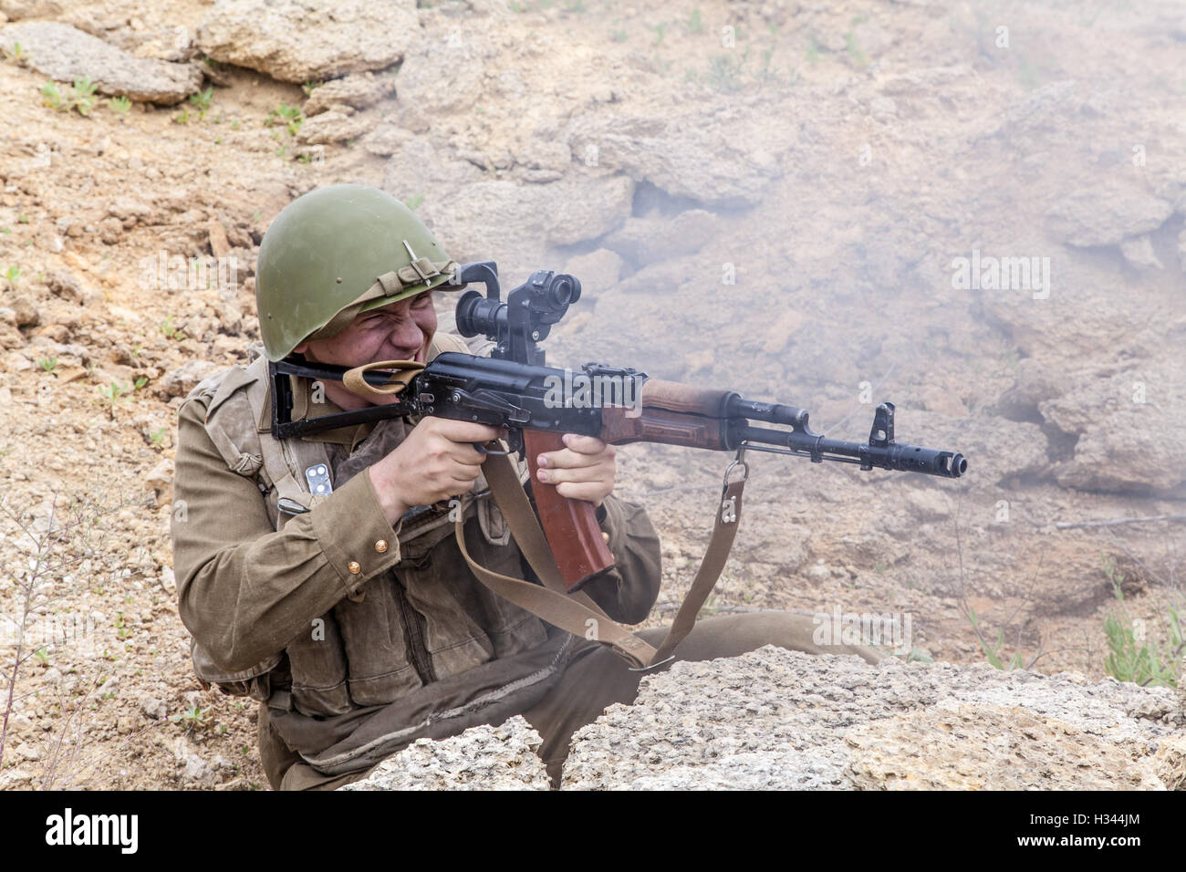 Soviet Afghanistan war - Page 6 Soviet-paratrooper-in-afghanistan-H344JM