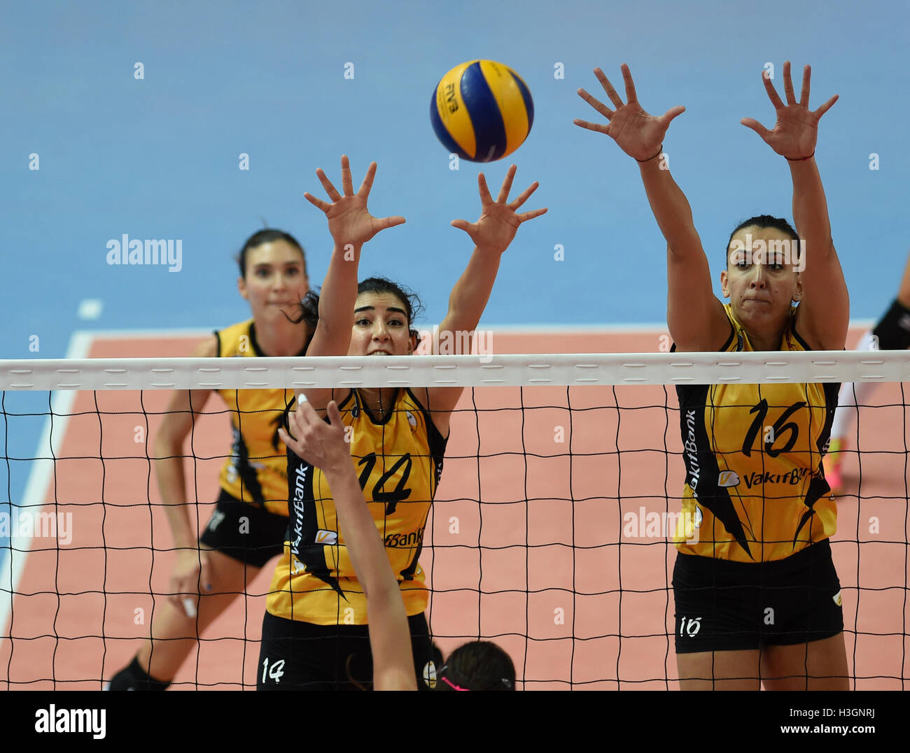 (161009) -- ISTANBUL, Oct. 9, 2016(Xinhua) -- Vakifbank player Milena Rasic (R) and Melis Durul block the ball during Stock Foto