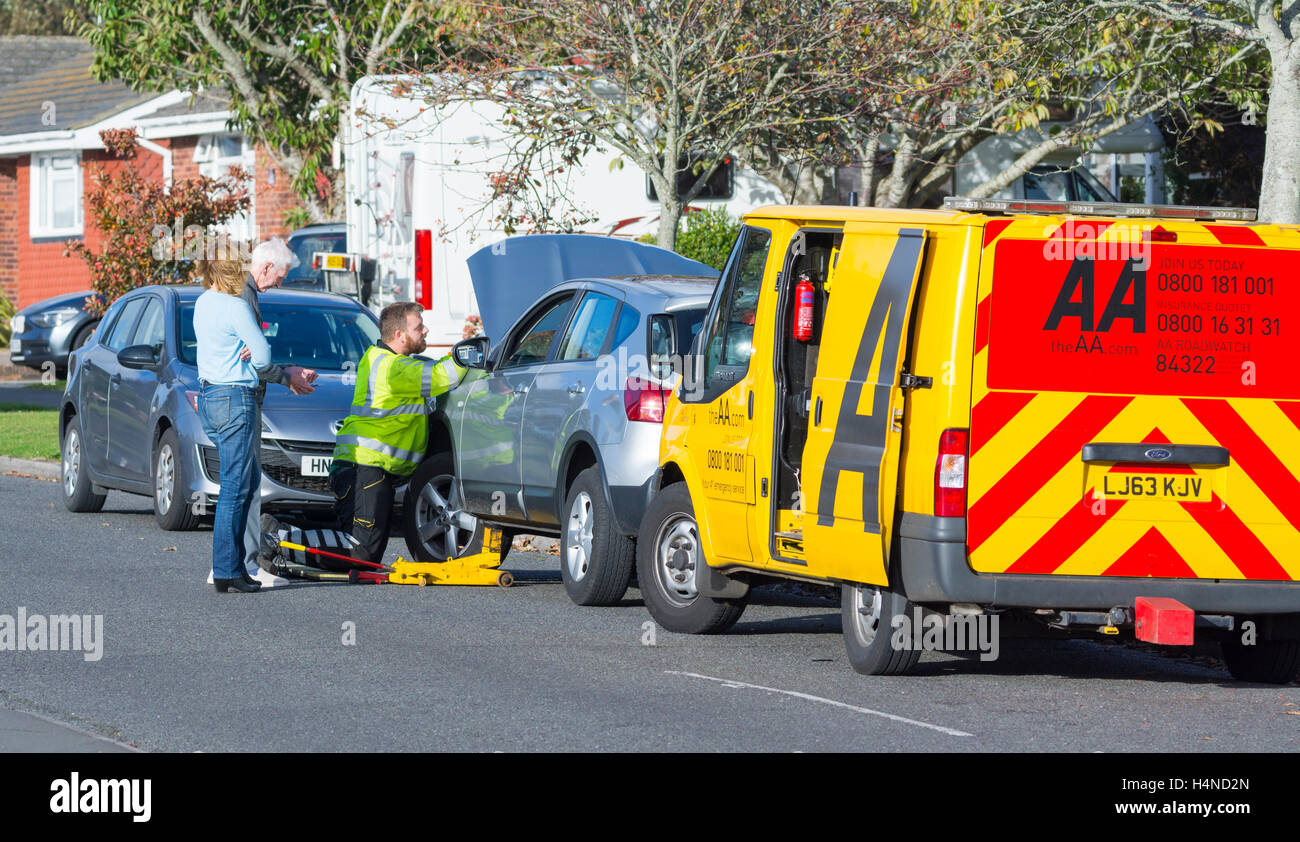 aa-recovery-van-and-mechanic-at-a-broken-down-car-in-the-uk-aa-rescue-H4ND2N.jpg
