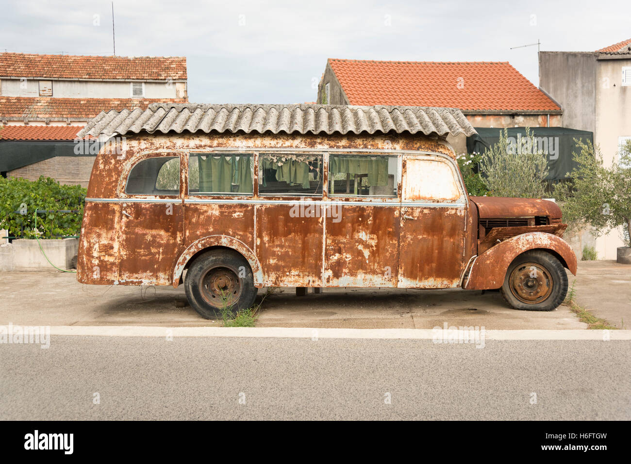 a-rusty-old-vintage-motorhome-with-an-as
