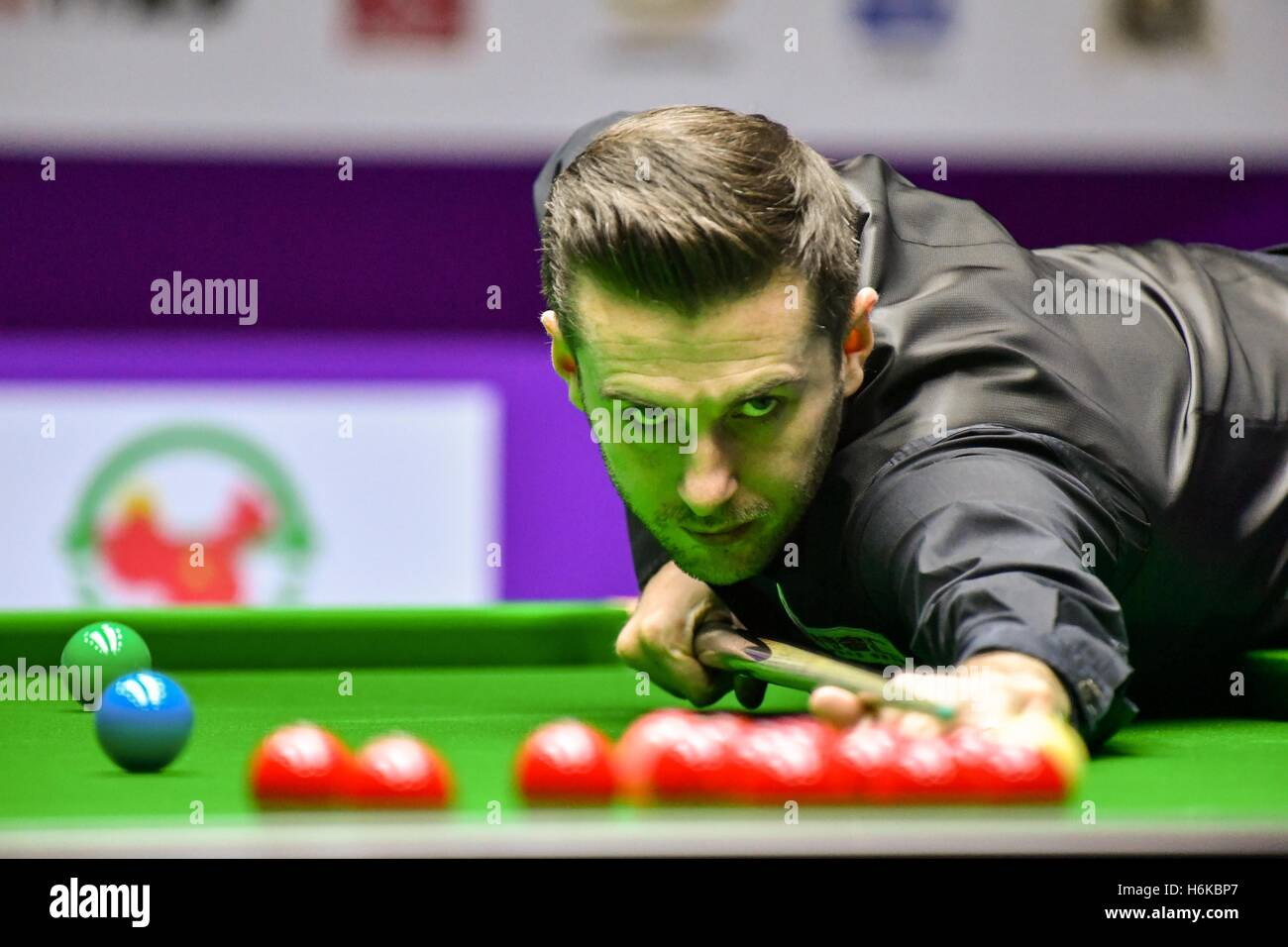 Daqing, China's Heilongjiang Province. 30th Oct, 2016. Mark Selby of England competes during the final match against Stock Foto