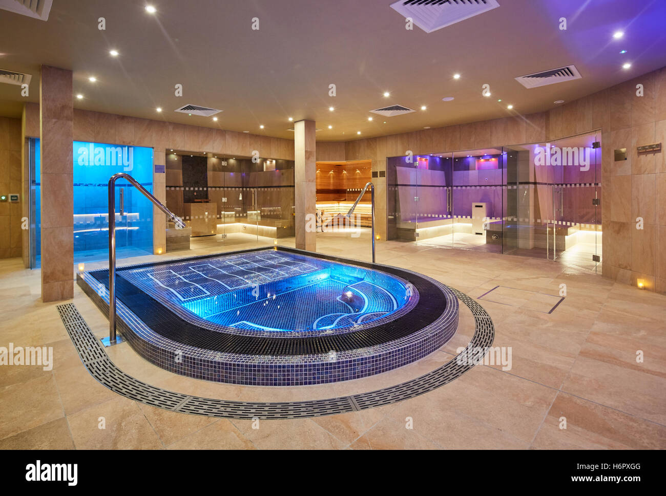 Spa pool interior modern posh clean inside spa nelson for Interieur queer