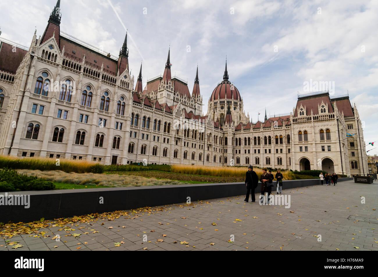 budapest-parliament-H76MA9.jpg