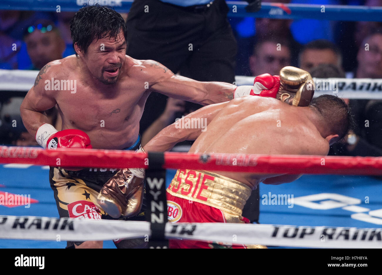 Las Vegas, USA. 5th Nov, 2016. Manny Pacquiao (L) of the Philippines punches Jessie Vargas during the WBO welterweight Stock Foto