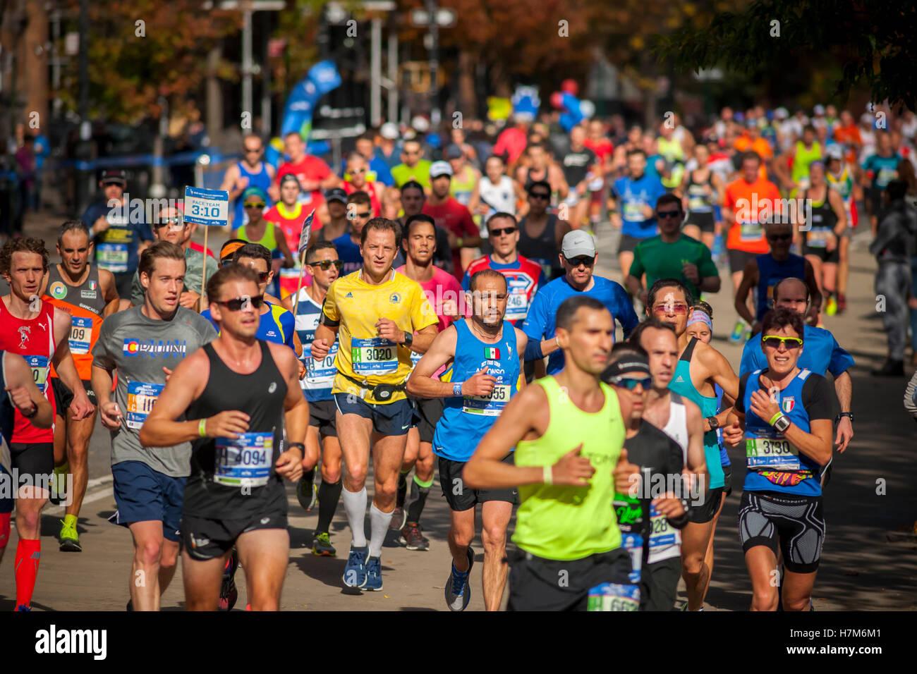 New York, USA. 06th Nov, 2016. Runners pass through Harlem in New York near the 22 mile mark near Mount Morris Park Stock Foto