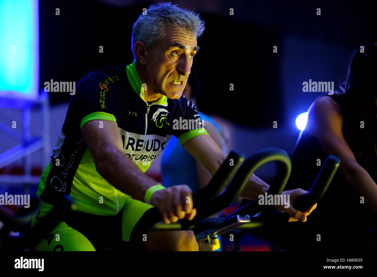 Man riding stationary bicycle during a spinning class at the gym Stock Foto