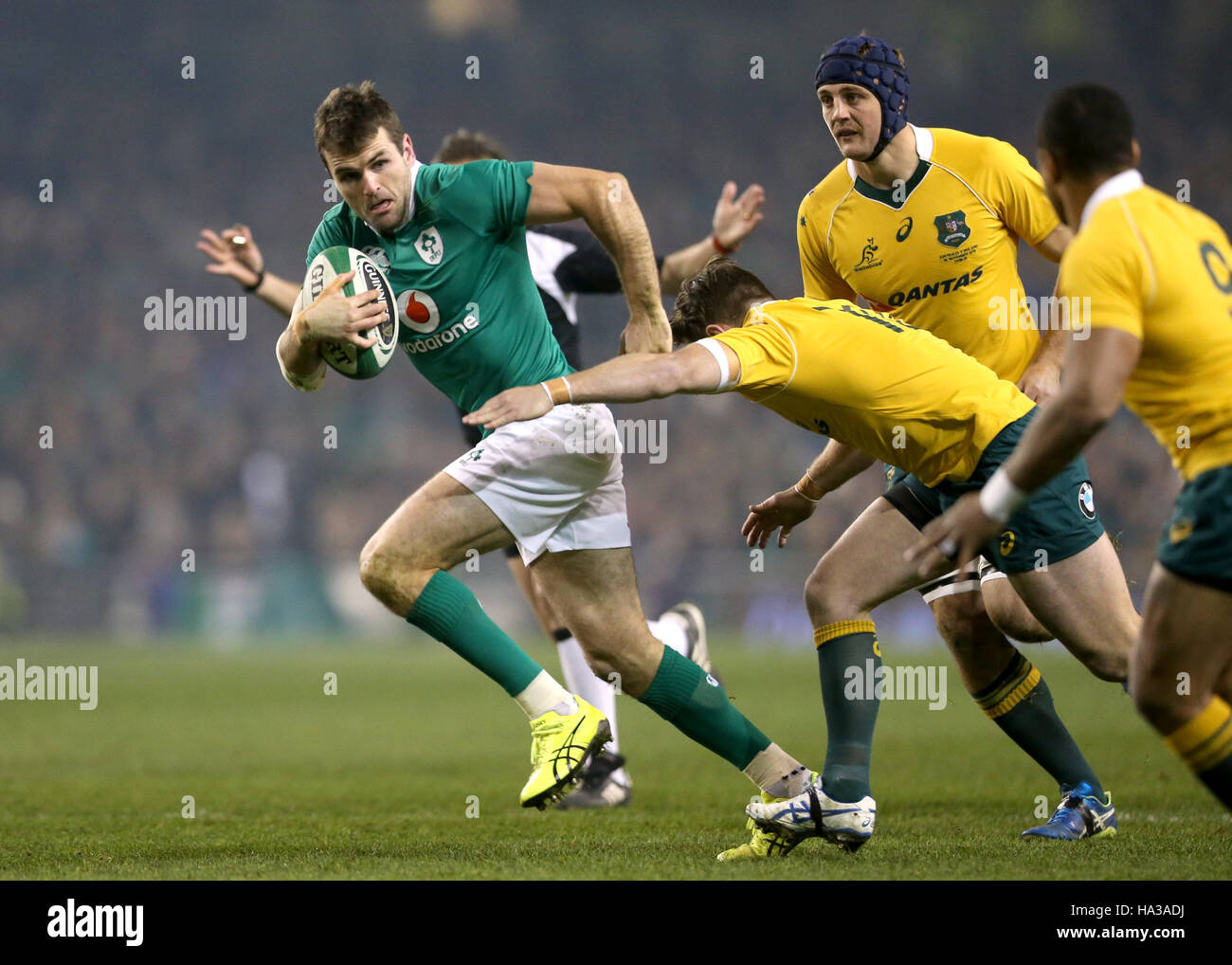Ireland's Jared Payne is tackled by Australia's Bernard Foley (right) during the Aviva Stadium before the Autumn Stock Foto