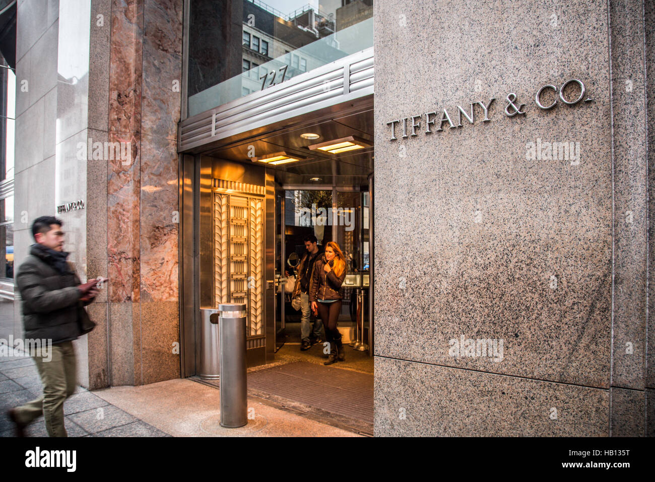 Exterior view of tiffany co on fifth avenue in new york for Tiffany a new york