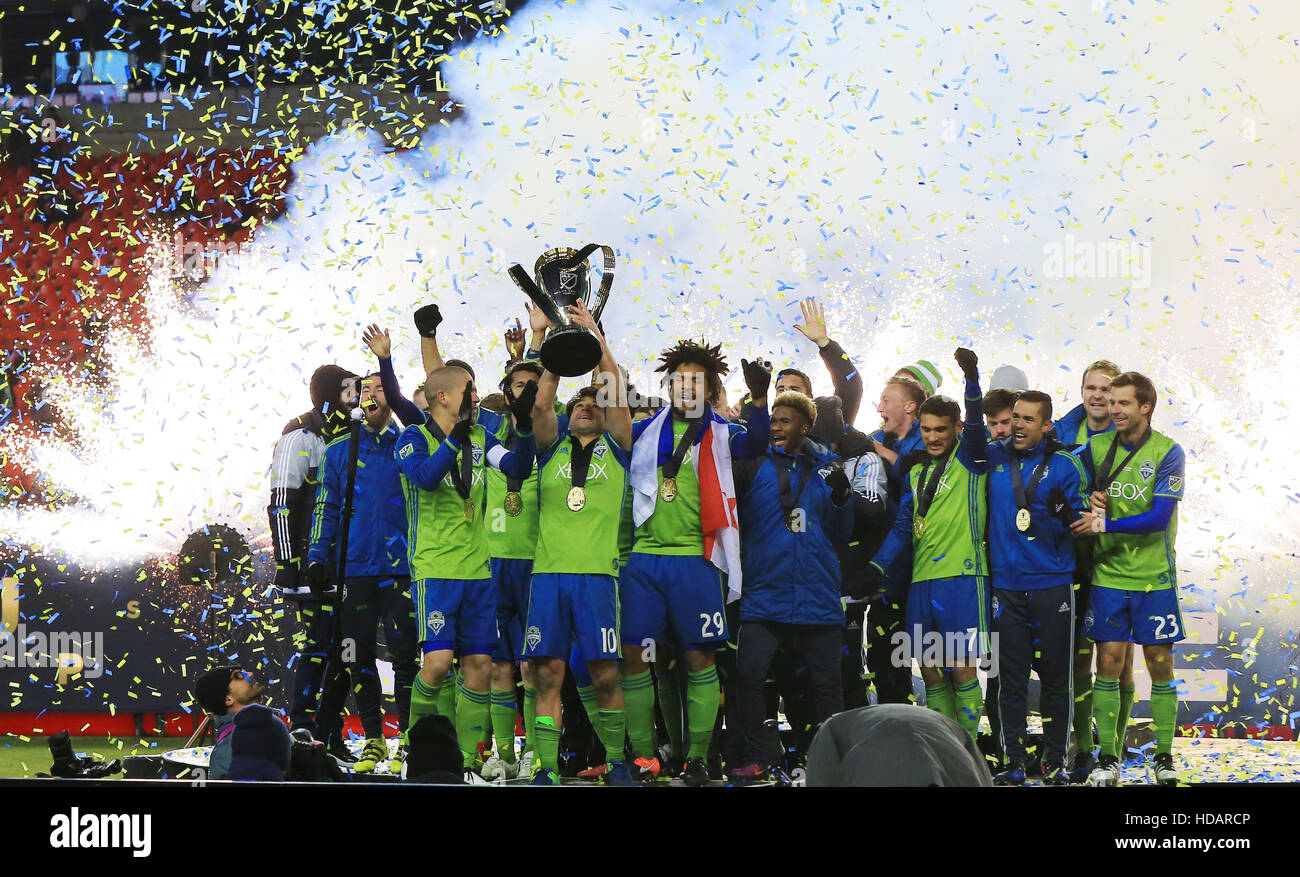 Toronto, Canada. 10th Dec, 2016. Members of Seattle Sounders FC celebrate during the awarding ceremony of the 2016 Stock Foto