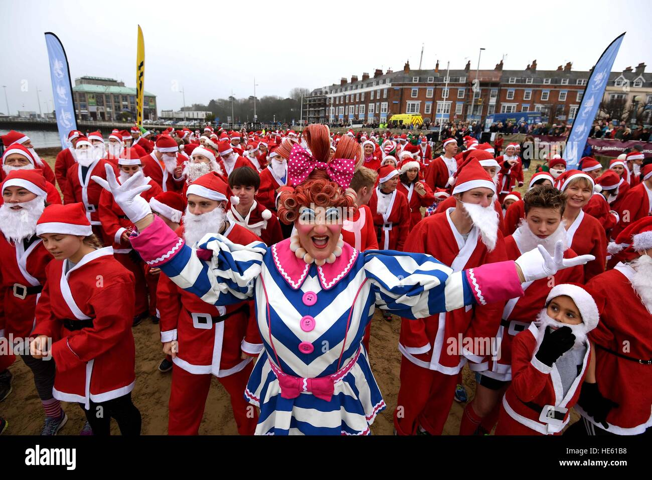 Weymouth Beach in Dorset, UK. 18th Dec, 2016. Chase the Pudding Santa Run on Weymouth Beach in Dorset, UK Credit: Stock Foto