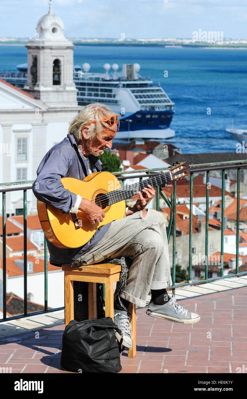 busker-busking-in-lisbon-portugal-HE6K1Y