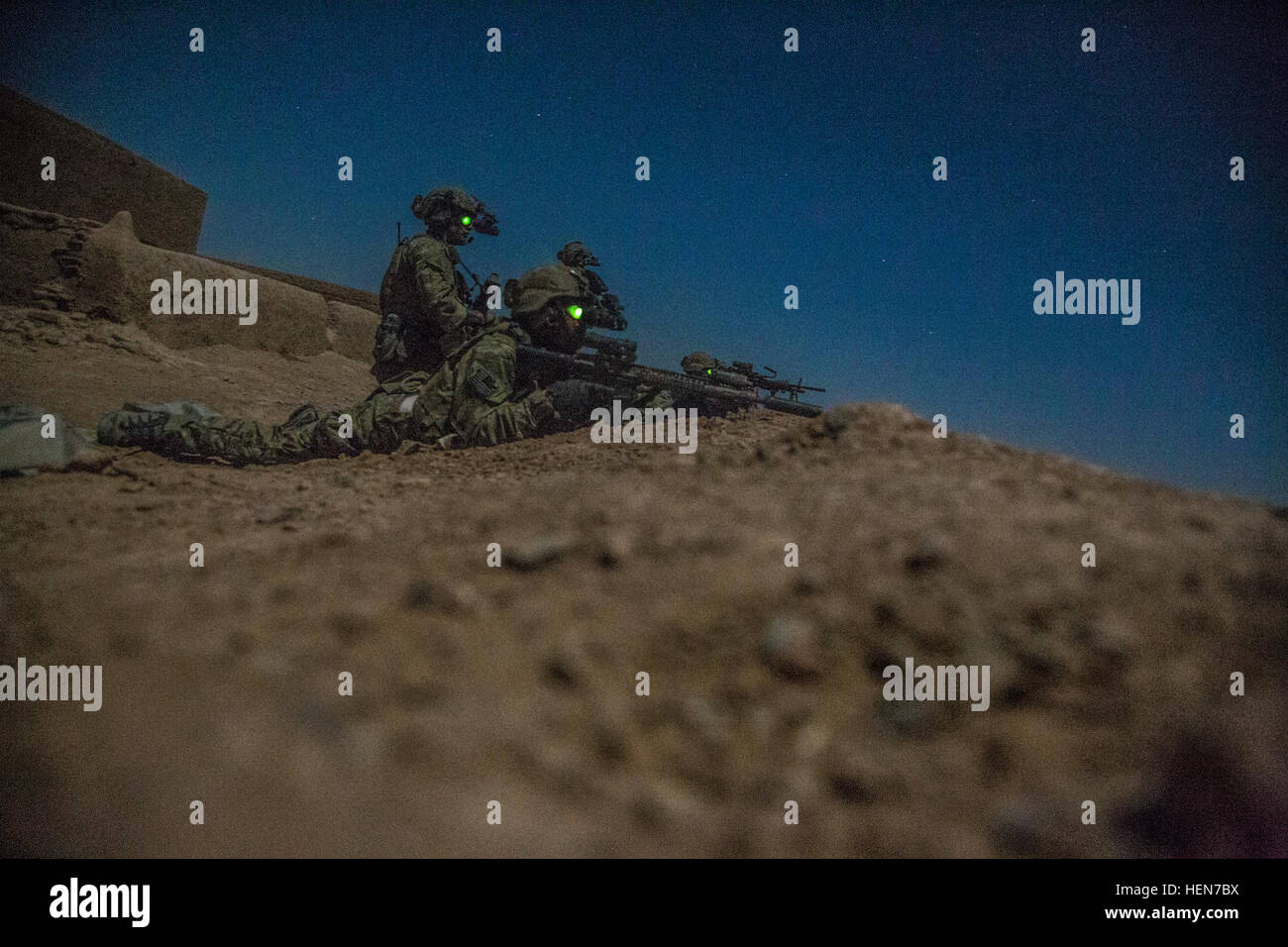 http://c7.alamy.com/comp/HEN7BX/coalition-force-members-rear-security-during-an-operation-in-helmand-HEN7BX.jpg