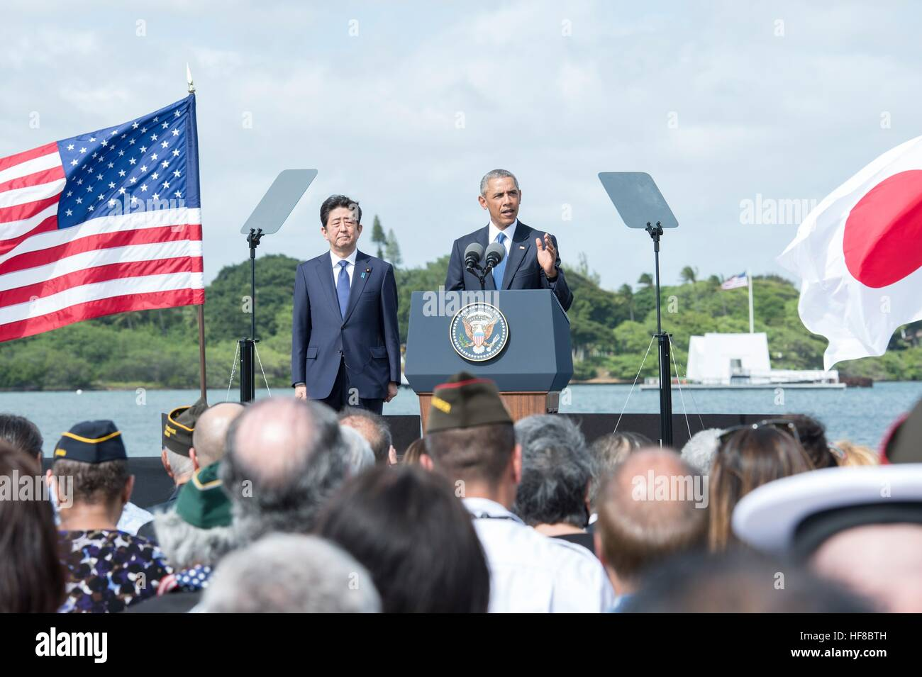 Pearl Harbour, Hawaii. 27th Dec, 2016. U.S President Barack Obama and Japanese Prime Minister Shinzo Abe deliver Stock Photo