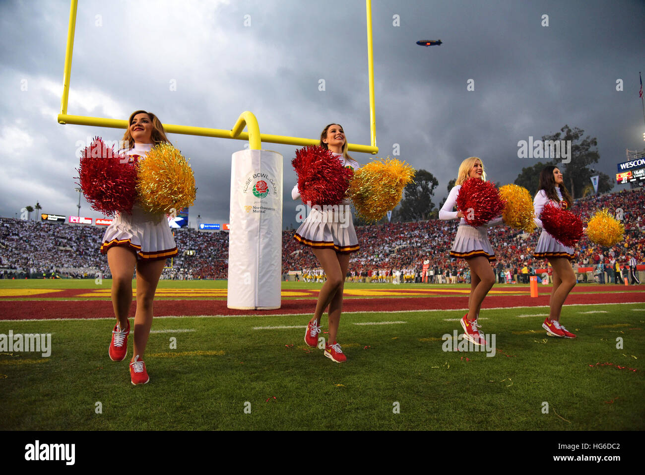 Pasadena, California, USA. 2nd Jan, 2017. Cheerleaders of the USC Trojans in action during a thrilling 52-49 victory Stock Foto