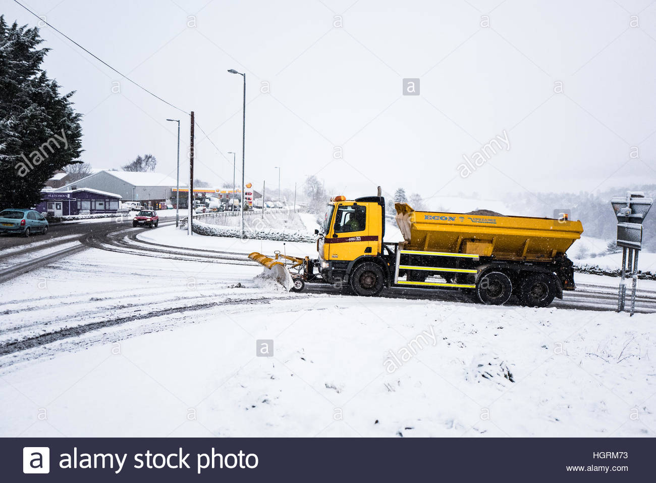 Selkirk, Scottish Borders, UK. 12th January 2017. A snow plough makes it's way onto then A7 road at Selkirk. The Stock Foto