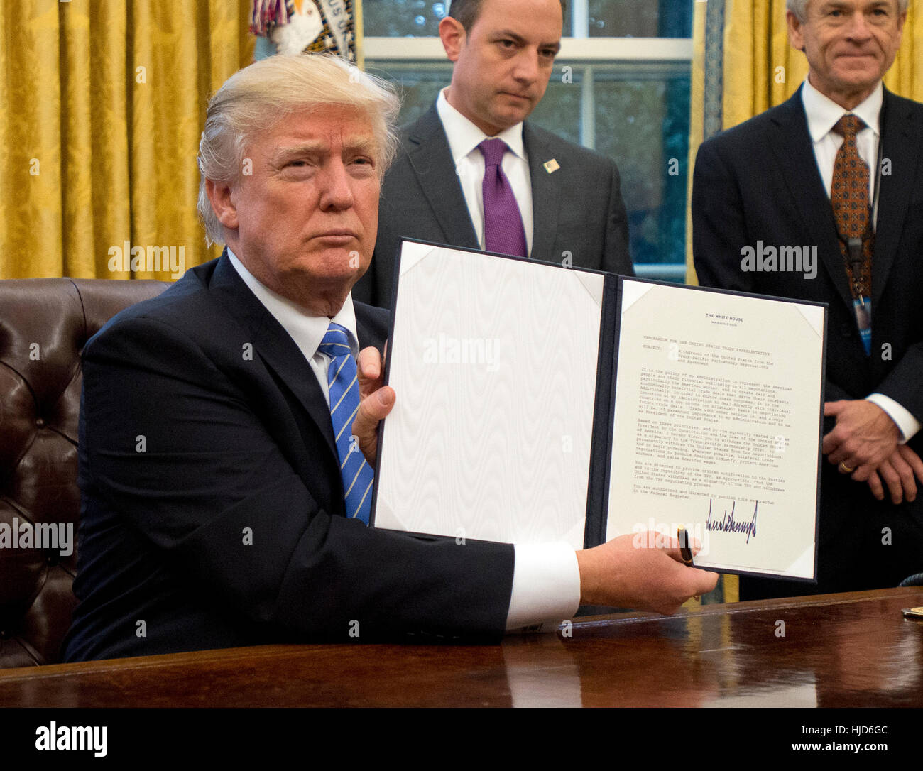Abortions Overseas. 23rd Jan, 2017. United States President Donald Trump shows the Executive Order withdrawing the Stock Foto