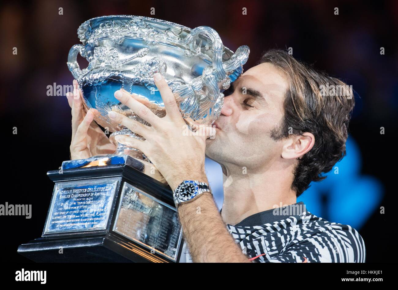 Melbourne, Australia. 29th Jan, 2017. Roger Federer of Switzerland kisses his trophy during the awarding ceremony Stock Foto