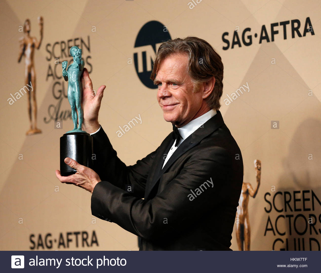 Actor William H. Macy holds the award he won for Outstanding Performance by a Male Actor in a Comedy Series for Stock Foto