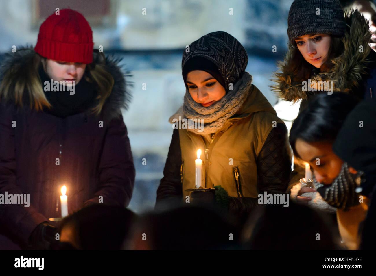 Toronto, Canada. 30th Jan, 2017. Several hundred Torontonians gathered at Kings College Circle at The University Stock Foto