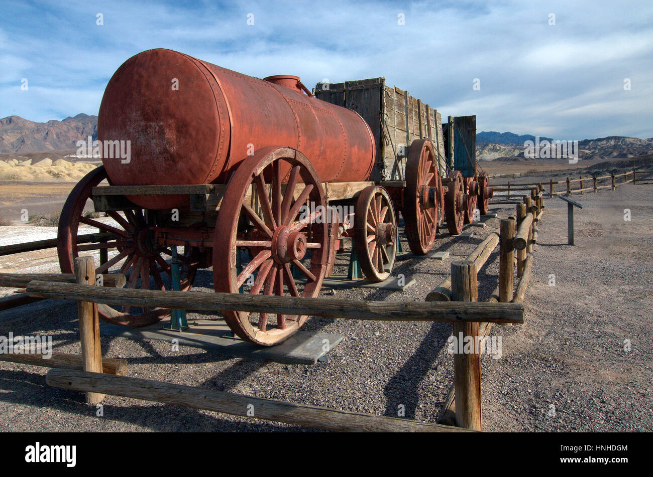 old-mining-wagon-at-the-borax-museum-death-valley-national-park-HNHDGM.jpg