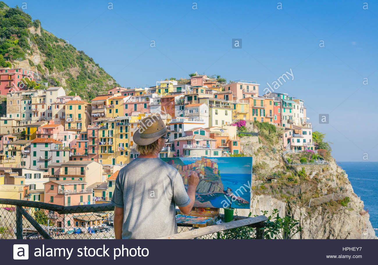 painter-at-vernazzo-in-cinque-terre-italy-HPHEY7.jpg