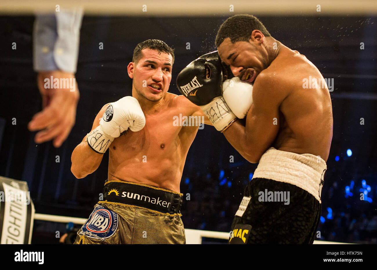 Ludwigshafen, Germany. 11th Mar, 2017. Jack Culcay (Germany, l) and Demetrius Andrade (US) the WBA world half middleweight Stock Foto