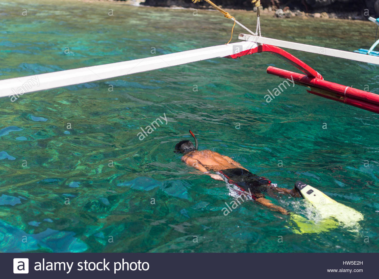 young-man-snorkelling-swimming-with-mask
