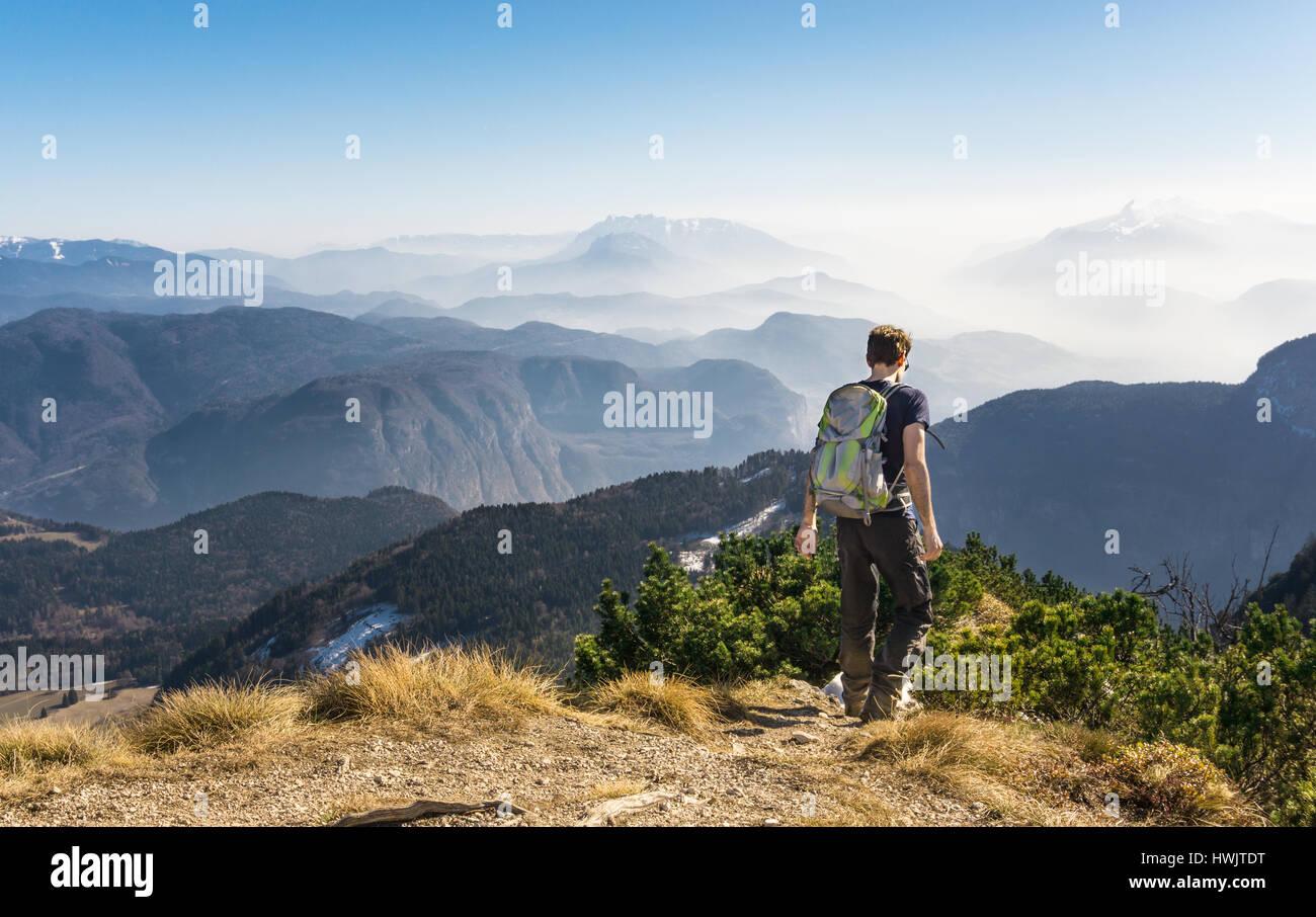 Man walking hiking on mountain trail. Great view. Stock Foto