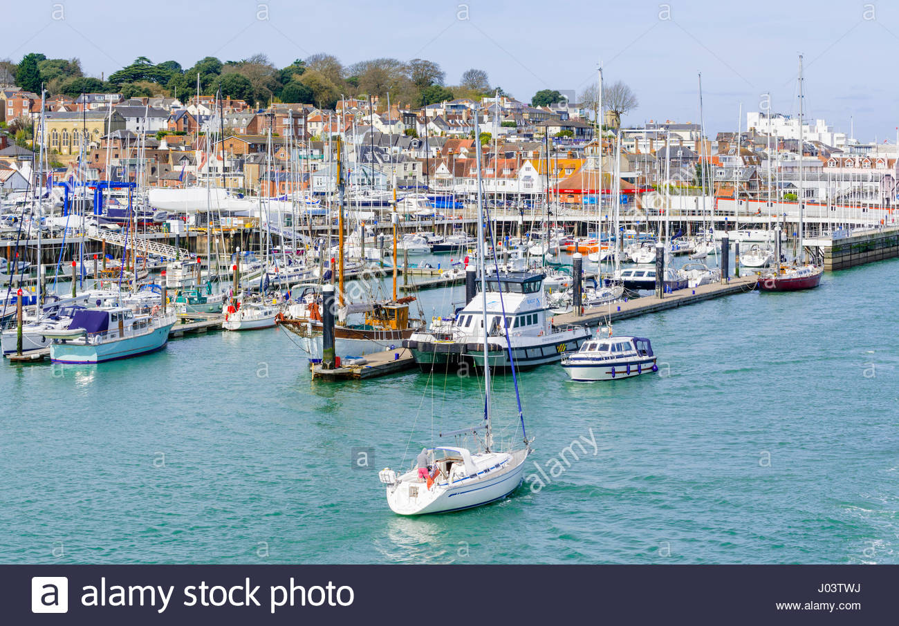 marina-with-boats-on-the-solent-at-east-cowes-isle-of-wight-england-J03TWJ.jpg