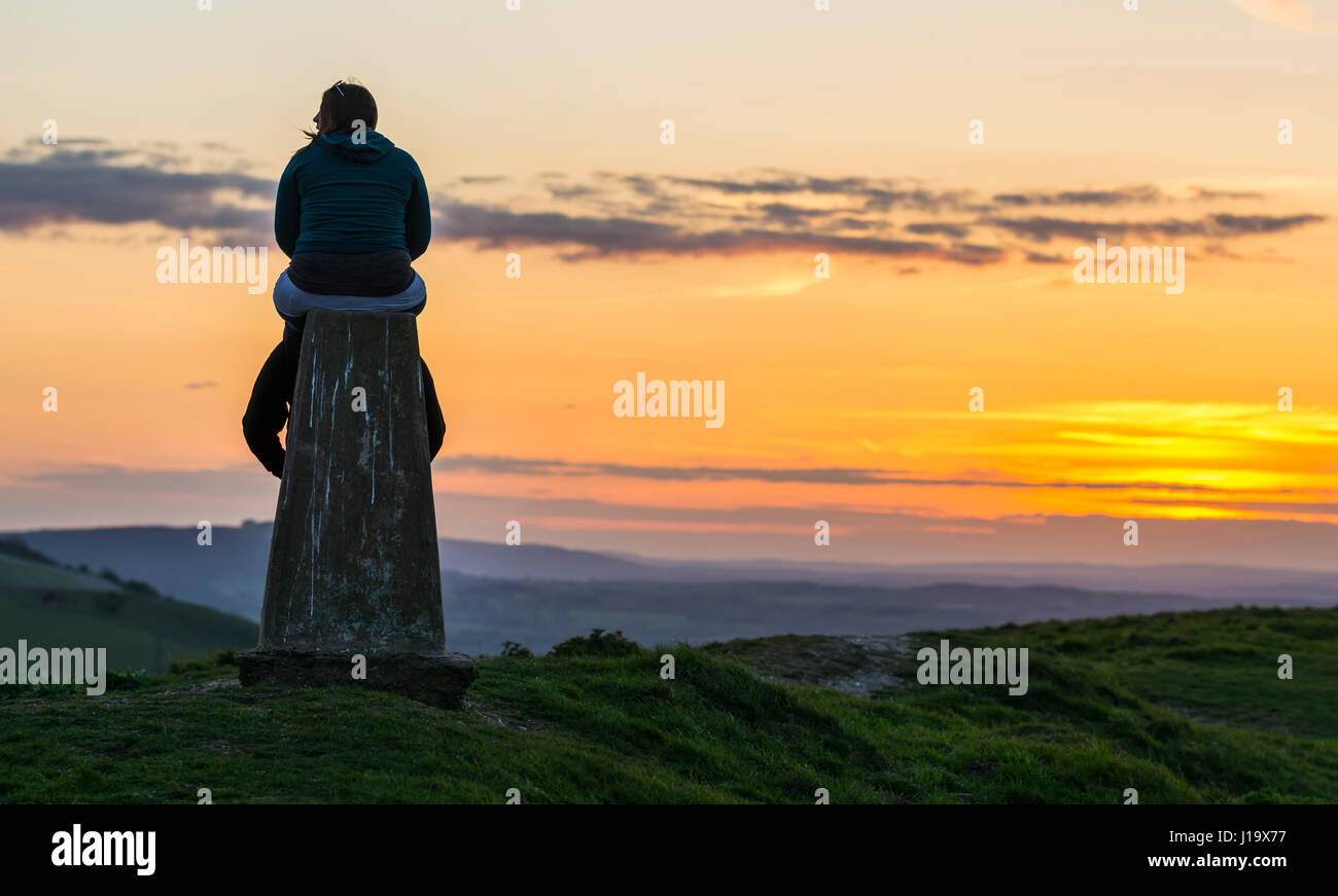 couple-at-a-monument-on-top-of-a-hill-overlooking-the-countryside-J19X77.jpg