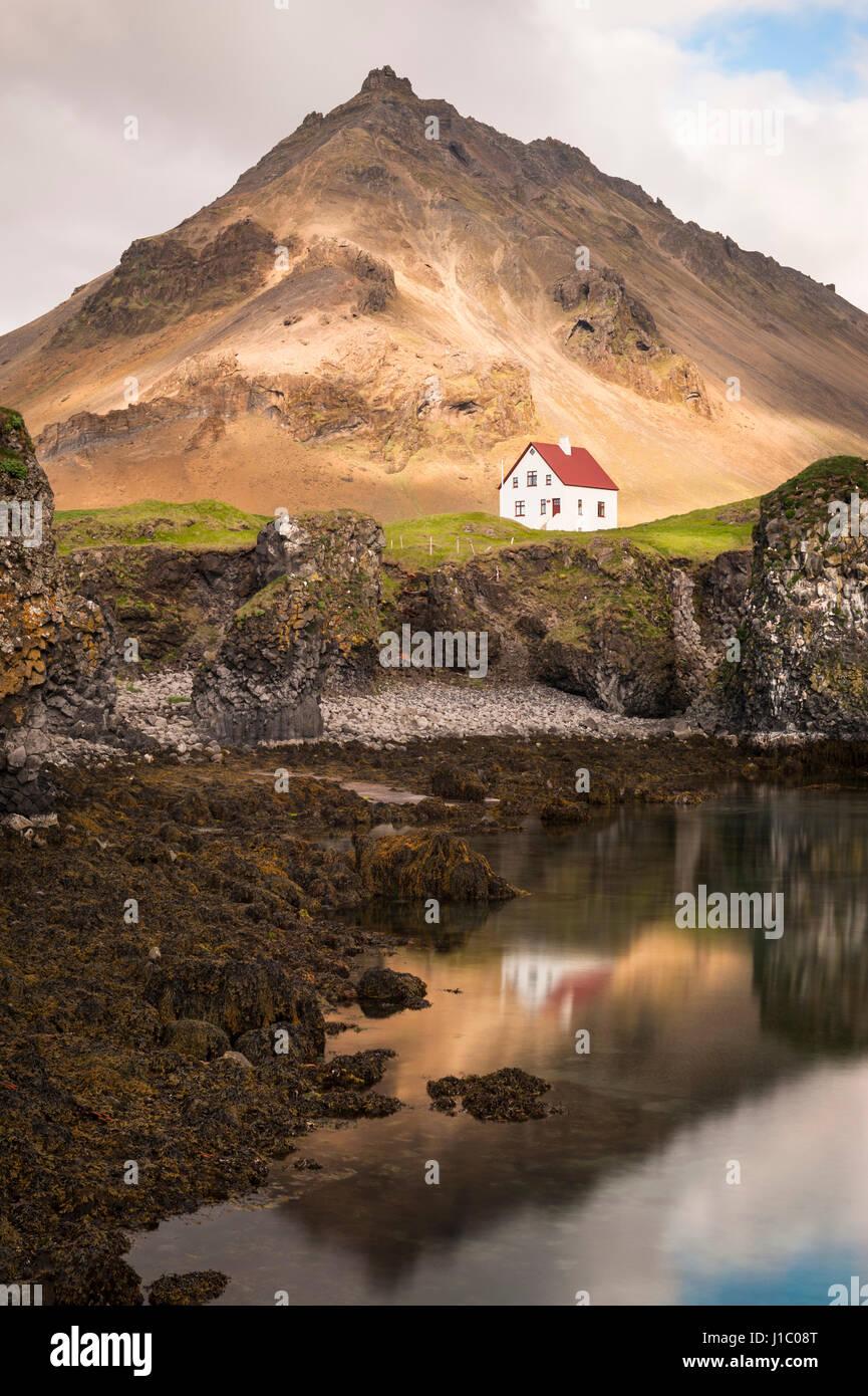 arnarstapi-icelandic-fishing-village-oce